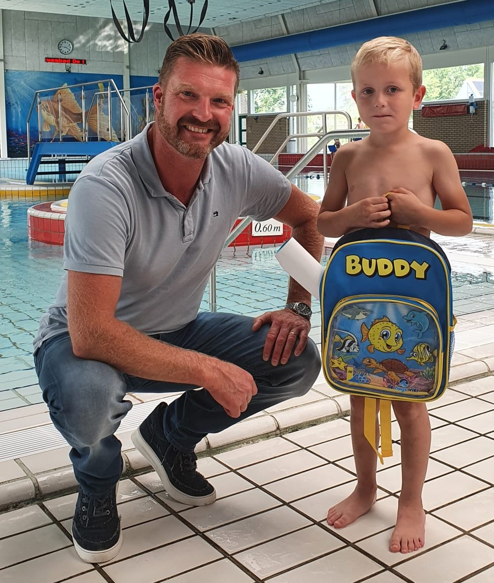 Buddy geïntroduceerd bij de zwemlessen!